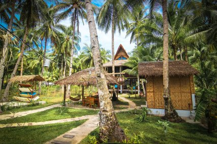 Surfing Carabao Beach Houses Open kitchen and dining area